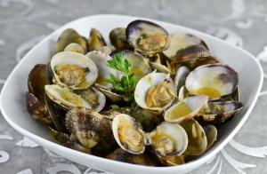 http://oferplan-imagenes.laverdad.es/sized/images/ingredientes-almejas-a-la-marinera-300x196.jpg